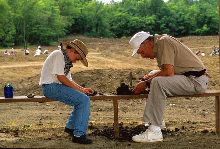 Padre e hijo buscando diamantes